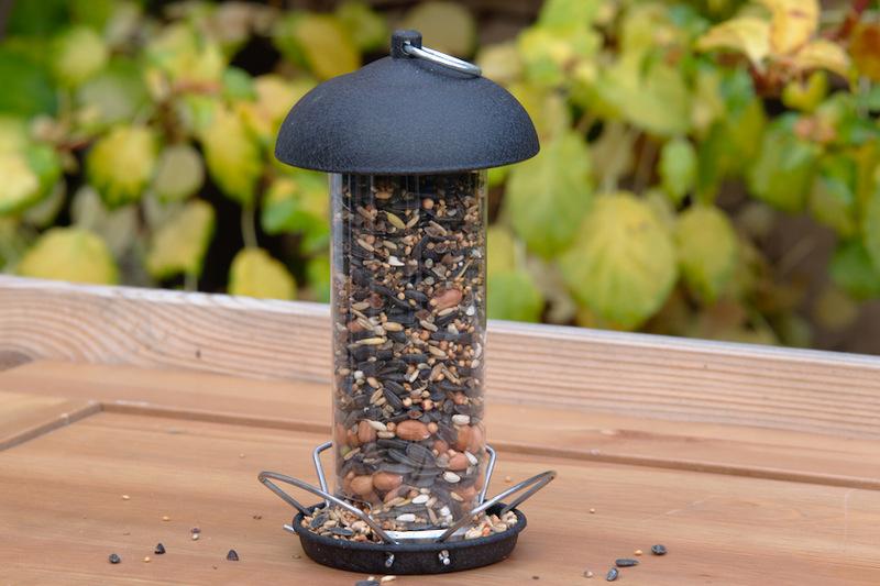 Nasiona da ptaków w karmniku tubowym