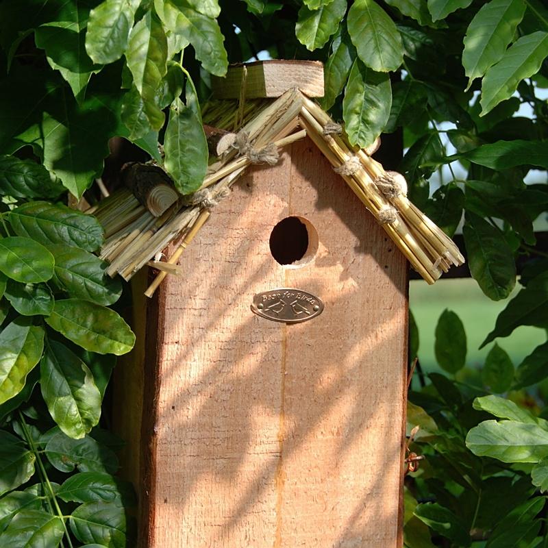 Domek dla ptaków z dachem ze słomy 1